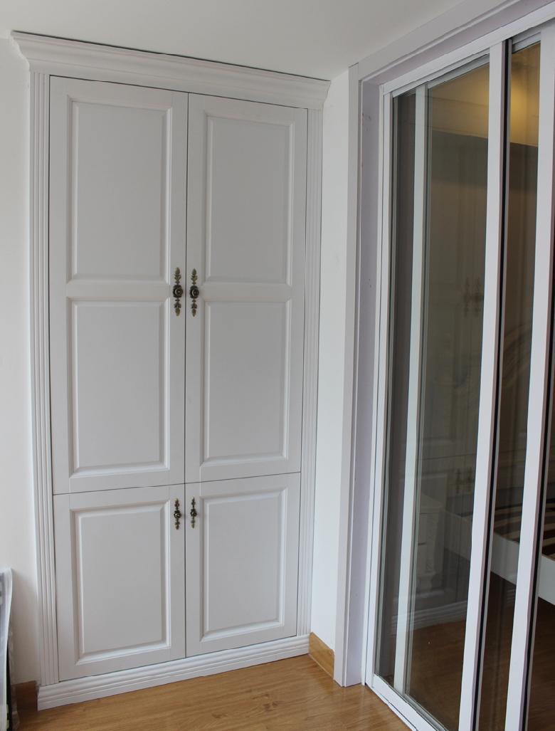 来看看鞋柜内部结构,10个隔层, 阳台另一侧的欧式平开门鞋柜,简