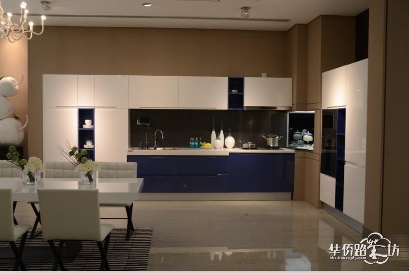 """中式风格的特点,是在室内布置、线形、色调以及家具、陈设的造型等方面,吸取传统装饰""""形""""、""""神""""的特征,以传统文化内涵为设计元素,革除传统家具的弊端,去掉多余的雕刻,糅合现代西式家居的舒适,根据不同户型的居室,采取不同的布置。 中国传统居室非常讲究空间的层次感。"""