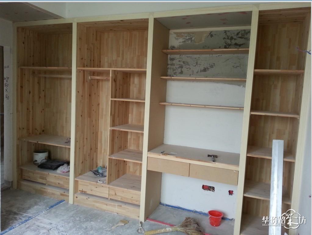整理下我家的木工活,柜子全部是1.8公分标准的杉木指接板,散发着好闻的杉木香味,我家最满意的就是木工活,连监理都说你家的木工活做的非常好,关键遇到了好木工师傅,不是死板的按照图纸干活,而是根据现场尺寸来设计,设计几种方案,告诉我们几种方案的优劣,让业主自己选择。