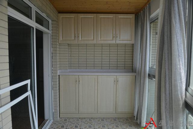 整体简欧风格,阳台左侧储物柜,也可以叫鞋柜,膜压门板.图片