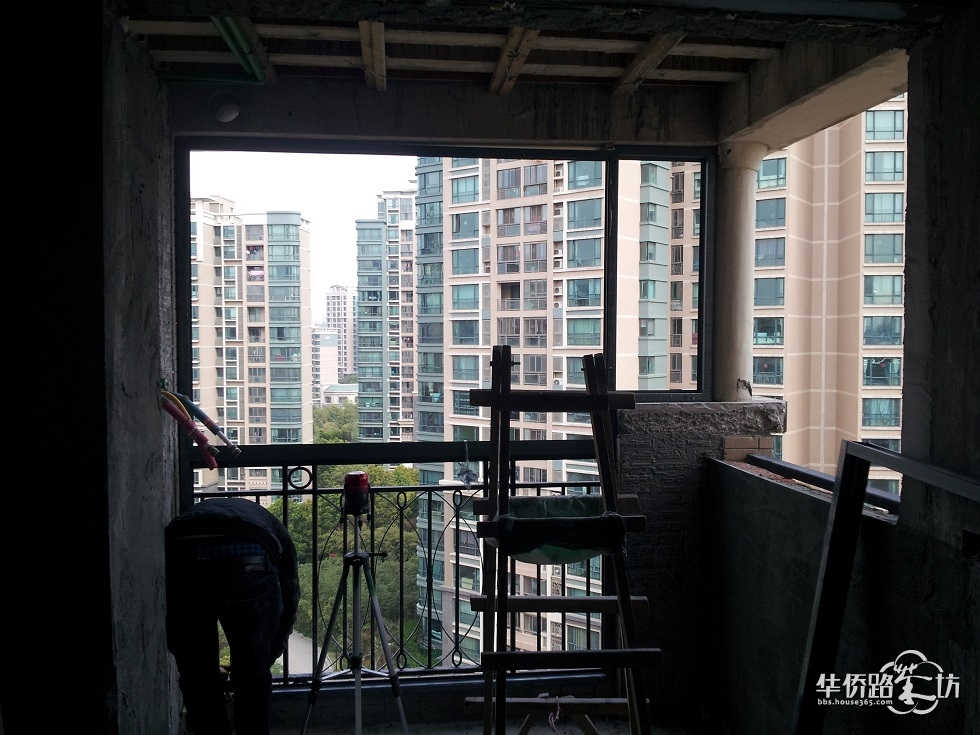 家里有2个阳台需要封闭,一个北阳台,一个南阳台,签单的时候那个老板说可能需要立柱,1米100,收了我260,安装的时候我问工人立柱在哪,工人也没解释清楚。想问问立柱到底安装在哪里的? 5张图分别是北阳台安装前,安装后,南阳台的正面,侧面和正面侧面的转角处。。