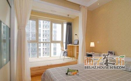 在卧室和客厅间放置镂空书架做为隔断.   厅卧一体装修效