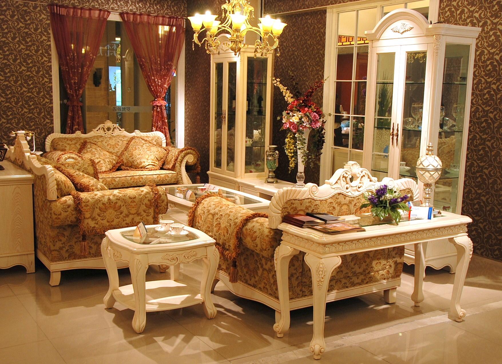 欧式家具是欧式古典风格装修的重要元素,以意大利,法国和西班牙风格