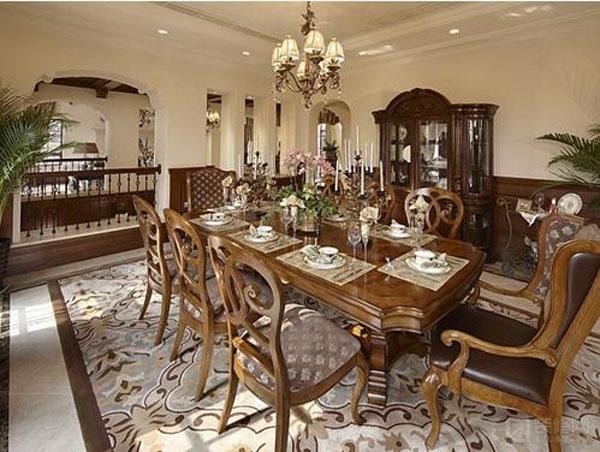 红木家具装修效果图:一股奢华气派迎面袭来,精致古典小吊灯是美式风格的常用元素,造型美观、实用。餐椅靠背的镂空花纹与地毯纹理一致搭配,餐桌角的挖空处理也尤其美观。   相关阅读: