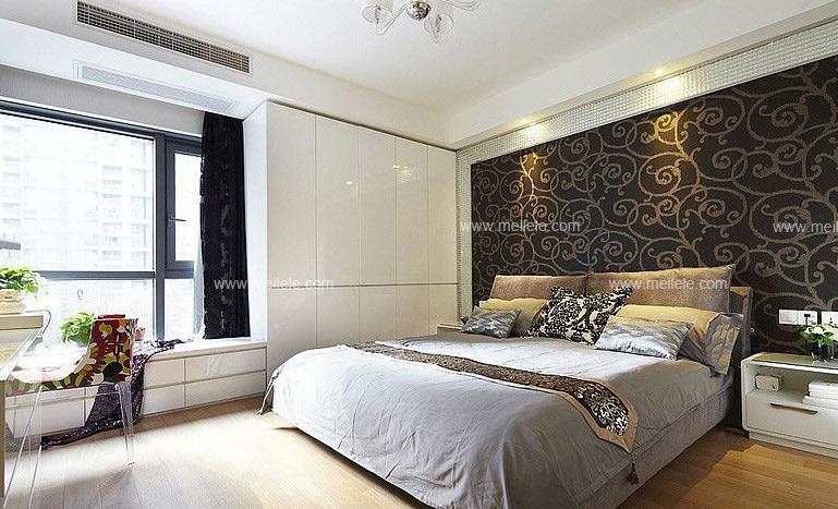 飘窗装修效果图大全:黑色的卧室背景墙上的华丽大方