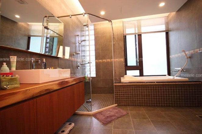 在卫生间装修效果图中,设计师将采用了黑白瓷砖的对比用色透入明高清图片