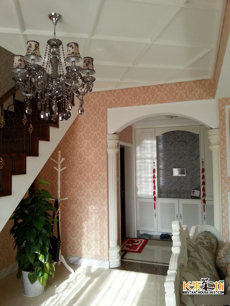 入户门,门口的柱子是典型的欧式风格代表元素